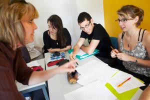 un professeur et deux élèves à un cours de langue