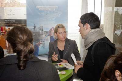cadre de GDF Suez parle avec un étudiant Ense3