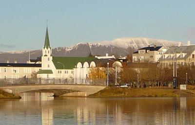 vue centre-ville de Reykjavik avec un lac Tjörnin, une église et le Mont Esja