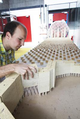 Un homme teste en soufflerie une maquette de la galerie de l'Arlequin